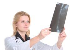 Radiologiste regardant le rayon X photographie stock