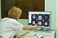 Radiologo che analizza immagine dei raggi X Fotografie Stock Libere da Diritti