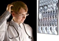 Radiologo imbarazzato che esamina MRI Fotografia Stock