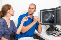 Radiologue councelling un patient employant des images de tomograpy ou d'IRM Image libre de droits