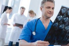 Radiologue sûr analysant le balayage de ct dans le laboratoire médical Image stock