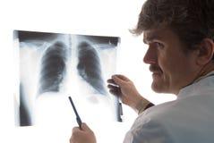 Radioloog met borströntgenstraal   stock afbeelding