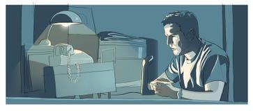 Radioman, das nachts sein Schreibtisch sitzt Stockfotografie