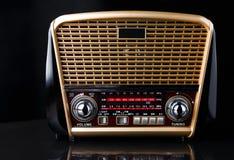 Radiomottagare i retro stil med den ljudsignal spelaren på svart bakgrund Royaltyfri Foto