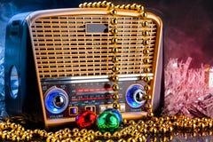 Radiomottagare i retro stil med julgarneringar på svart bakgrund Arkivfoton
