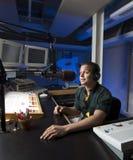 Radion DJ meddelar nyheterna i en studio Arkivbilder