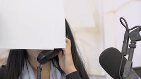 Radion Dj underhållas, medan arbeta i den sända studion stock video