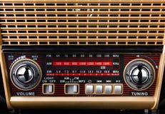 Radioontvanger in retro stijl met radiowijzerplaat en zilveren knopen royalty-vrije stock afbeeldingen