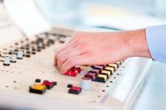 Radiopresentatör i radiostation på luft Royaltyfri Foto