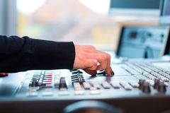 Radiopresentatör i radiostation på luft arkivbild