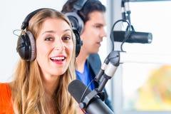 Radiopresentatörer i radiostation på luft Royaltyfria Bilder