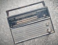 Radioricevitore da 70s su un fondo concreto grigio Fotografie Stock Libere da Diritti