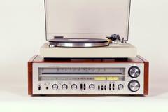 Radioricevitore stereo d'annata con l'insieme della piattaforma girevole del giradischi Immagini Stock