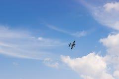 Radiosända det kontrollerade leksakflygplanet mot blå himmel med vita moln Royaltyfria Foton
