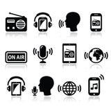Radiosända podcasten app på smartphonen, och minnestavlasymboler ställer in royaltyfri illustrationer