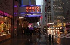 Radiosända staden och Fifth Avenue i regnigt väder, NYC, USA Royaltyfri Foto