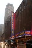 Radiosända staden och Fifth Avenue i regnigt väder, NYC, USA Royaltyfri Fotografi