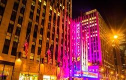 Radiosända stadsmusik Hall på natten, i den Rockefeller mitten, Manhattan Arkivbilder