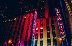 Radiosända stadsmusik Hall på natten, i den Rockefeller mitten, Manhattan Arkivfoton