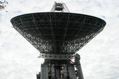 Radiotélescope énorme dans la forêt photographie stock libre de droits