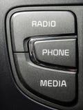 Radiotelefonmedien steuern Knöpfe im Auto stockfoto