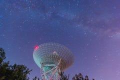 Radiotelescoop bij de nachthemel Royalty-vrije Stock Foto