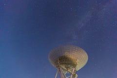 Radiotelescoop bij de nachthemel Stock Foto's