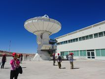 radiotelescope的访客,在阿尔马观测所的大天线在圣佩德罗德阿塔卡马,智利 免版税图库摄影
