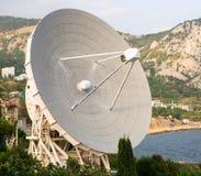 Radiotelescope al fondo della montagna nel giorno di estate Fotografia Stock