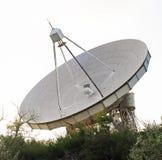 Radiotelescopio per astronomia al giorno di estate Fotografia Stock Libera da Diritti