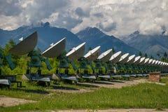 Radioteleskop i bergen Arkivbild