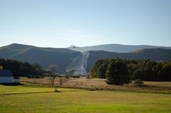 Radioteleskop i West Virginia med berg i bakgrunden Arkivfoton