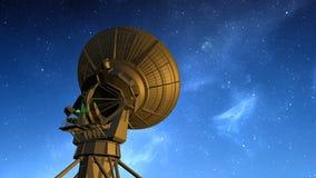 Radioteleskopet observerar stjärnklar himmel arkivfilmer