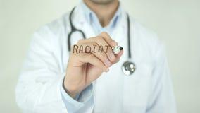 Radioterapia, el doctor Writing en la pantalla transparente metrajes