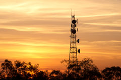Radiotoren met hemelachtergrond Stock Foto's