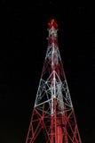 Radiotorens bij nacht met sterren op de achtergrond Stock Afbeeldingen