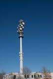 Radiotorn med blå himmel och detaljerade antenner Arkivfoto