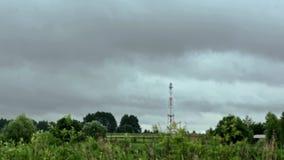 Radiotorn på för sommarhimmel för bakgrund en molnig hyperlapse stock video