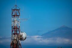Radiotorn på La Gomera och i bakgrunden Teiden på Tenerife arkivfoto