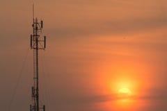 Radiotornen dominerar horisonten har klippt den orange morninen Royaltyfria Foton