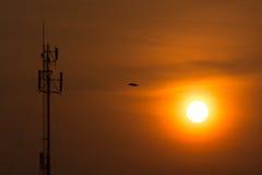 Radiotornen dominerar horisonten har klippt den orange morninen Royaltyfri Fotografi