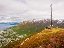 Radioturm auf die Berge, die Tromso, Norwegen umgeben Stockbilder