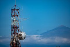 Radioturm auf La Gomera und im Hintergrund das Teide auf Teneriffa stockfoto