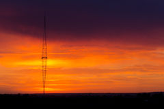 Radioturm mit Himmelhintergrund stockbild