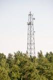 Radiowa antena na plażowej linii horyzontu z piaskiem i perspektywą Fotografia Stock