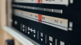 Radiowa tarcza, szuka dla stacj Stary radio USSR Stary rocznika radio nastraja obracać tarczę r?ce jest kobieta zbiory wideo