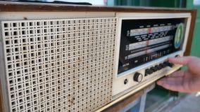 Radiowa tarcza, szuka dla stacj Stary radio USSR Stary rocznika radio nastraja obracać tarczę r?ce jest kobieta zdjęcie wideo