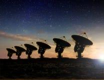 Radiowego teleskopu widok przy nocą ilustracji