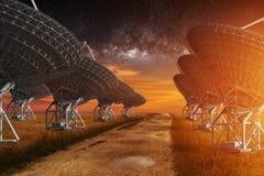 Radiowego teleskopu widok przy nocą Zdjęcia Stock