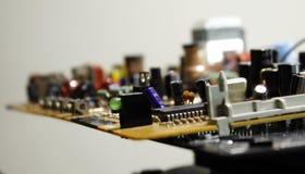 Radiowi składniki na elektronicznej desce przy elektronika fabrycznymi zdjęcia stock